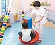 康复训练师指导脑瘫儿开展平衡训练