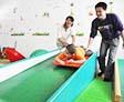 老师给患儿进行感统滑梯训练
