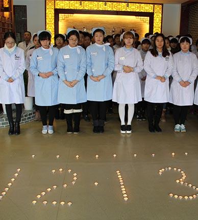 医护人员为南京大屠杀遇难者祈福